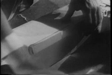 Ouvrir l'emballage homme contenant des bouteilles — Vidéo
