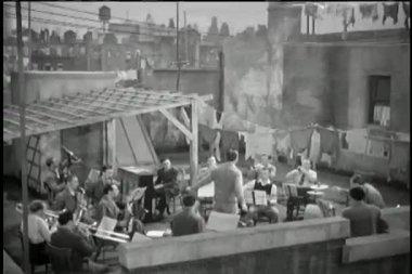 屋上のバンドのリハーサル ワイド ショットの指揮者 — ストックビデオ