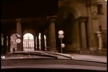 вид с автомобиля, ускоряя под мостом — Стоковое видео
