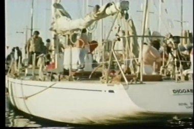 Yacht docked in harbor — Stock Video