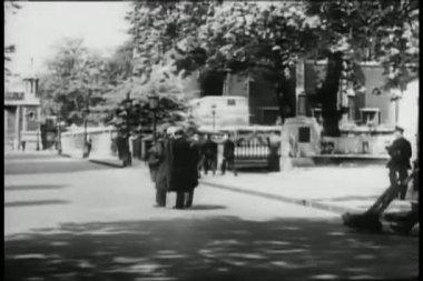 Wide shot pedestrians walking along city street — Stock Video