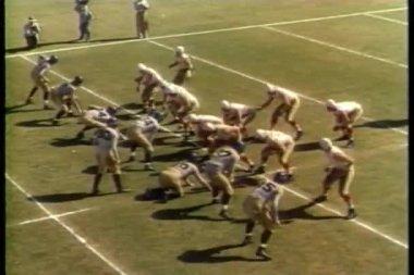 Bred skott av college fotbollsmatch — Stockvideo