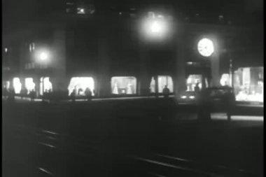 Cars speeding through street at night — Stock Video