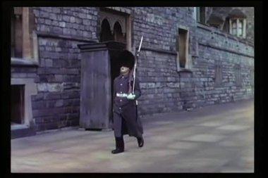 Soldado británico marchando hacia adelante y hacia atrás — Vídeo de stock