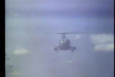 煙の中を飛んで低角度表示ヘリコプター — ストックビデオ