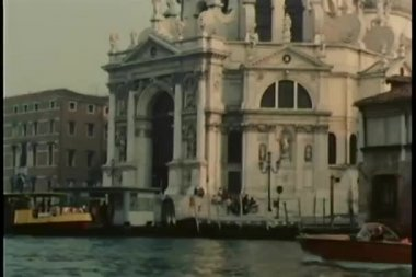 Gondola and vaporetto traveling down canal in Venice, Italy — Stock Video