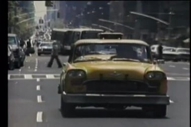 Taxi driving on New York City street — Stock Video