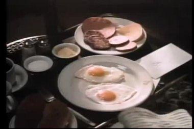 到达为早餐托盘上信封的手的特写 — 图库视频影像