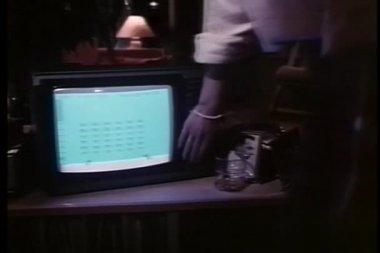 человек отключение телевизор и ходьбы — Стоковое видео
