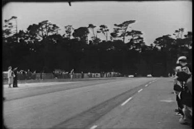 Widzowie oglądać wyścig samochodowy — Wideo stockowe