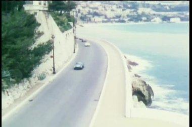 鸟瞰图汽车驾驶沿海岸线 — 图库视频影像