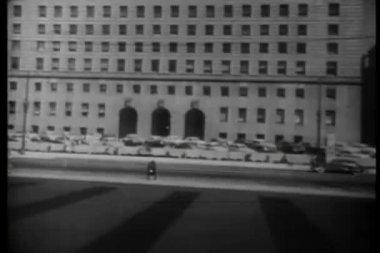 Tot oprichting van shot van administratief gebouw — Stockvideo