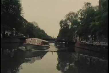 View from motorboat speeding down Amsterdam canal — Stock Video