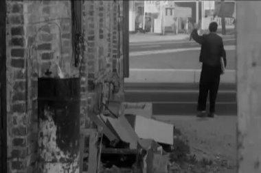 Hombre vendiendo periódicos en la calle — Vídeo de Stock
