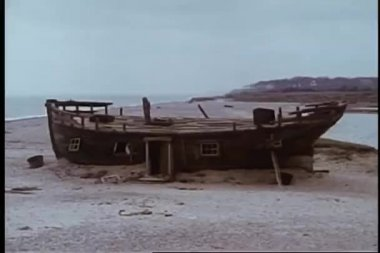 Wide shot of abandoned boat on land — Video Stock