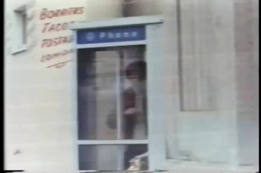 Onrustige man in phone booth — Stockvideo
