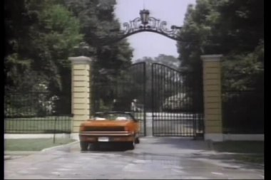 Rear view automatic gate opening for a red convertible — Stock Video