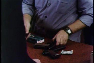 Ruce načítání zbraň — Stock video