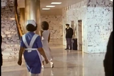 Achteraanzicht twee mannen kijken vrouw lopen op trap — Stockvideo