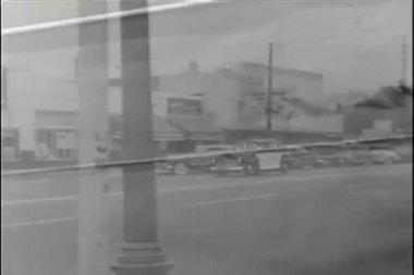 Polisbil susa nedför stad gata — Stockvideo