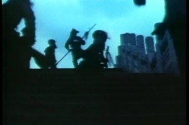 Asiatiska krigare kör upp trappan — Stockvideo