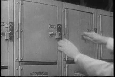 Man öppna skåp — Stockvideo