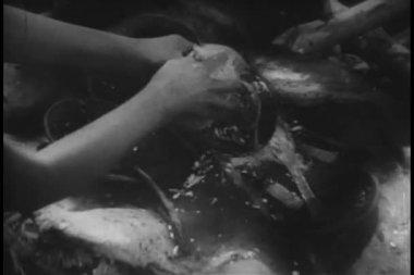 Primer plano de las manos, lavar los platos al aire libre — Vídeo de Stock