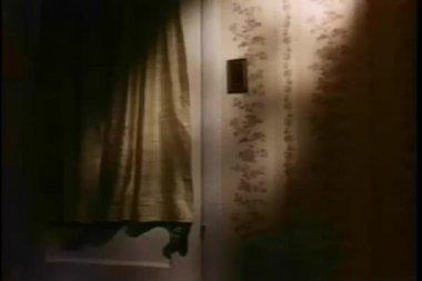 放大到有人试图获取的锁着的门 — 图库视频影像
