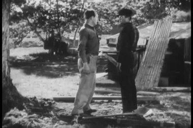 男子拳击另一名男子在地上 — 图库视频影像