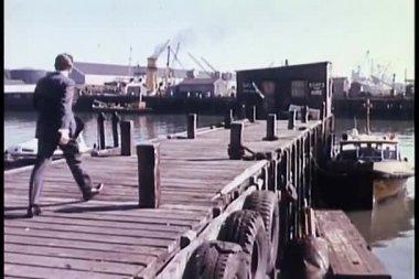 Achteraanzicht van man lopen op pier — Stockvideo