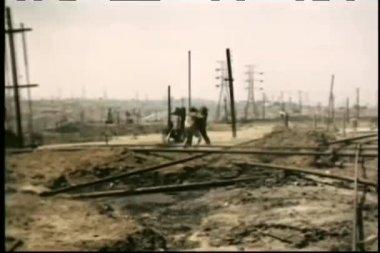 длинный выстрел двух работников, бои в нефтяное месторождение — Стоковое видео