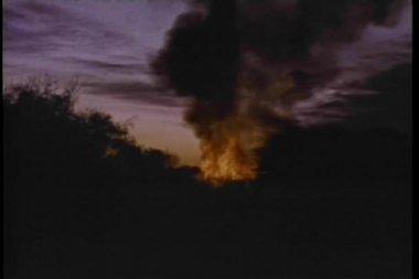 Groothoek weergave explosie in woods bij zonsondergang — Stockvideo