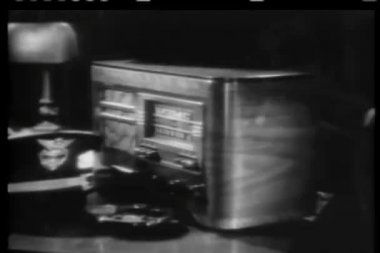 Close-up of hand turning off 1940s radio — Stock Video