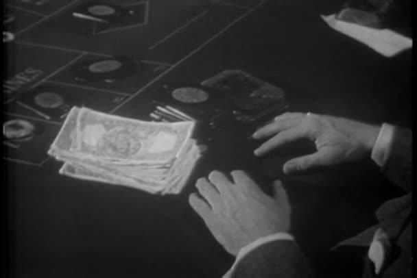 Primer plano de las manos con dinero y fichas en la mesa de ruleta — Vídeo de stock