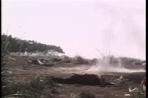 Guerrero asiático granangular haciendo gira para evitar ser golpeado por explosivos — Vídeo de stock