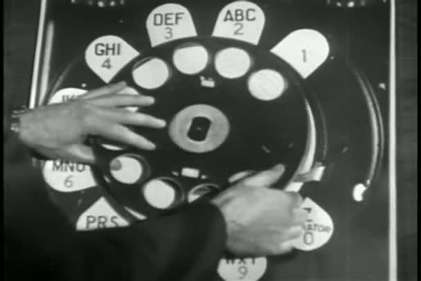 Primer plano ampliado modelo de teléfono rotatorio — Vídeo de stock