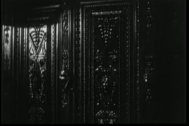 Abertura de la puerta del armario — Vídeo de stock