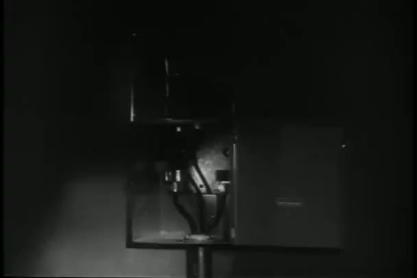 Linterna cerca a la caja eléctrica — Vídeo de stock