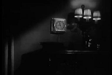 Relógio vintage na parede — Vídeo Stock