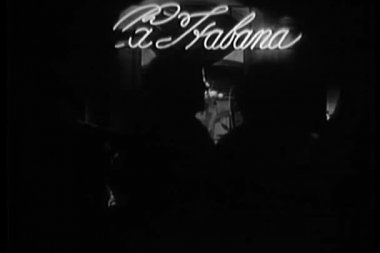 Patrons in front of la habana nightclub sign — Стоковое видео