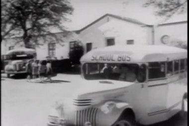 Bus driver leaving school with bus load of students — Video Stock