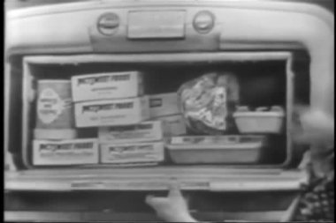 Woman explaining features of retro refrigerator — Stok video