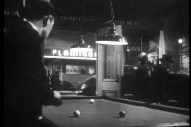 Man playing pool in bar — Vídeo de stock