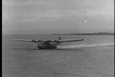 Seaplane taking off from ocean — Стоковое видео