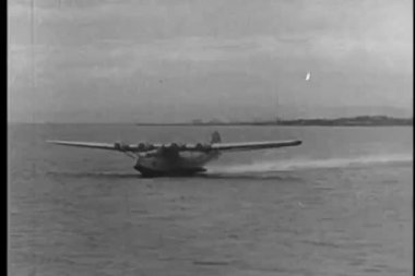 Seaplane taking off from ocean — 图库视频影像