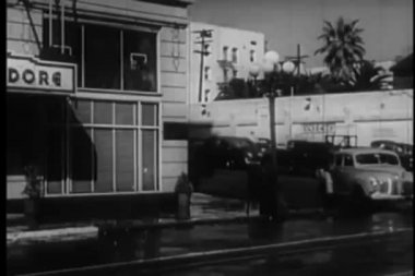 Car pulling up in front of  the new commodore hotel, los angeles, 1940s — Stok video