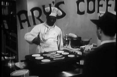 Cook preparing breakfast for customer in coffee shop — Vidéo