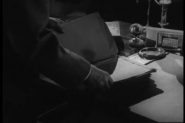 Man looking through documents on desk — Vídeo Stock