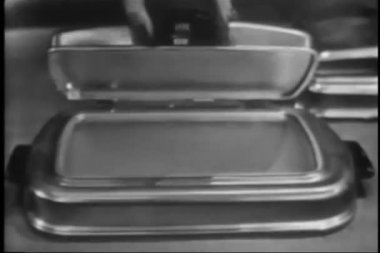 Saleswoman demonstrating electric grills — Stock Video