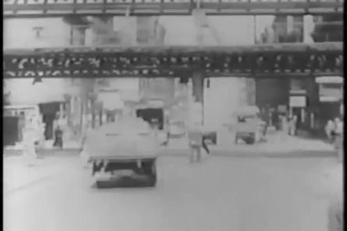 People and cars under elevated subway in new york city — Stok video